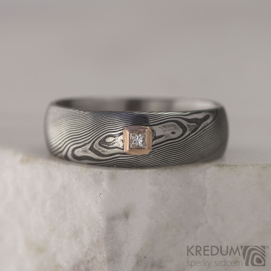 Snubní prsten damasteel - PRIMA + diamant princes 2 x 2 mm v červeném zlatě