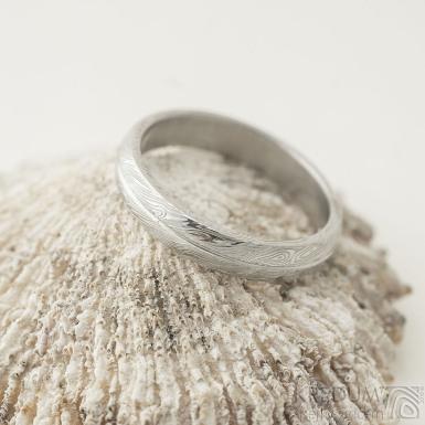 Prima s linkou - 55,5, šířka 4 mm, struktura voda voda 75% SV, pofil B - Damasteel snubní prsten