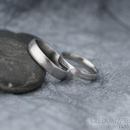 Prima s linkou a diamant 2 mm - 58, š 4 mm a Prima vel 66 š 5 mm E, dřevo - 25% SV, profil E - Damasteel snubní prsteny - k 1360