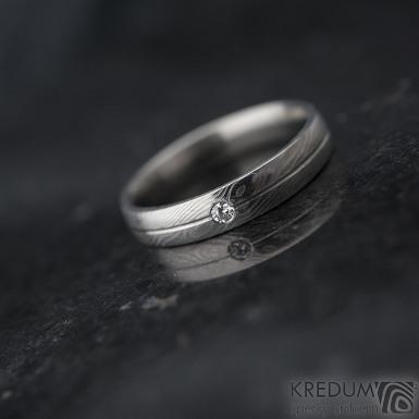 Prima s linkou a diamant 2 mm - vel 58, šířka 4 mm, struktura dřevo - lept 25% SV, profil E - Damasteel snubní prsten
