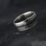 Prima s linkou a diamant 2 mm - vel 58, šířka 4 mm, struktura dřevo - lept 25% SV, profil E - Damasteel snubní prsteny - k 1360 (2)