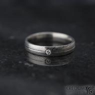 Prima s linkou a diamant 2 mm - vel 58, šířka 4 mm, struktura dřevo - lept 25% SV, profil E - Damasteel snubní prsteny - k 1360