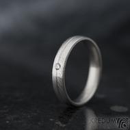 Prima s linkou a diamant 2 mm - vel 58, šířka 4 mm, struktura dřevo - lept 25% SV, profil E - Damasteel snubní prsteny - k 1360 (3)