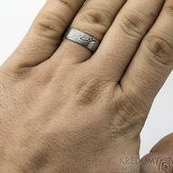Prima - velikost 63, šířka 6,5 mm, tloušťka 1,7 mm, struktura dřevo - lept 75% TM, profil F - Damasteel snubní prsten - sk1859 (2)