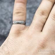 Prima vítr - velikost 58,5, šířka 5 mm, tloušťka 1,6 mm, 100%TM, profil B - Snubní prsten damasteel, SK1708