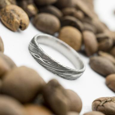 Prima - voda 75% zatmavená, velikost 51, šířka 3,7 mm, tloušťka 1,3 mm, profil E - Damasteel snubní prsten - sk2930 (4)