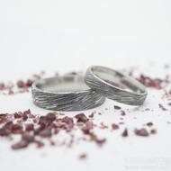 Prima, voda 75% zatmavený, profil D - velikost 52 a 59,5, šířka 4 mm a 5,5 mm - Damasteel snubní prsteny