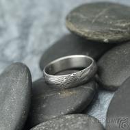 Prima voda - velikost 52, šířka 4,8 mm, tloušťka 1,5 mm, lept extra, profil A - Kovaný snubní prsten z oceli damasteel, SK2098 (4)