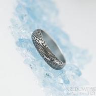 Prima voda - velikost 52, šířka 4,8 mm, tloušťka 1,5 mm, lept extra, profil A - Kovaný snubní prsten z oceli damasteel, SK2098 (3)