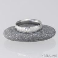 Zásnubní prsten damasteel - Prima a broušený kámen vel. do 2 mm ve stříbře, dřevo - moissanite