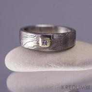 Snubní prsten damasteel - PRIMA + diamant princes 2 x 2 mm ve zlatě - dorytá struktura ve zlatě