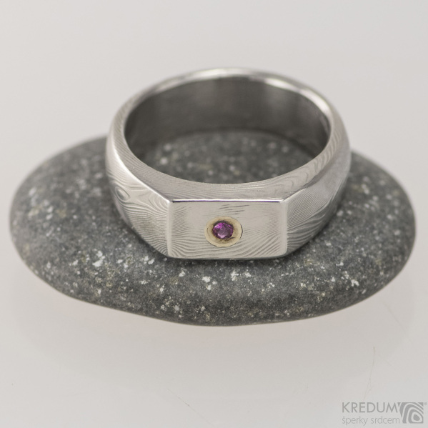 Prolili a broušený rubín 1,5 mm do Au, dřevo - Kovaný zásnubní prsten damasteel, S1476