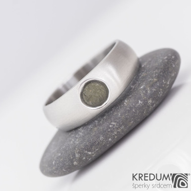 Eli stone - Kovaný prsten z nerezové oceli s vltavínem, velikost 57