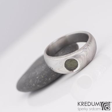 Greeneli - Kovaný prsten damasteel s vltavínem, S2183
