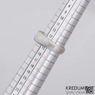 Greeneli - Kovaný prsten damasteel s vltavínem, velikost 54