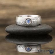 PRIMA a měsíční kámen modrý kabošon - Snubní prsten nerezová ocel damasteel- struktura dřevo, lept 75% světlý