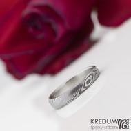 Siona white - Kovaný prsten damasteel a diamant 1,7 mm ve zlatě - struktura dřevo