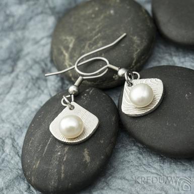 Raníčky - dřevo + háček - Kované damasteel naušnice a perly