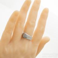 Rhino - damasteel snubní prsten, struktura dřevo, velikost 61, šířka 6 až 9 mm, lept 75%, světlý - produkt SK3168 - na umělé ruce