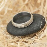 Rocksteel a čirý diamant 2 mm, dřevo - vel 49, š 4 mm, tl střední, 75% SV - Damasteel snubní prsteny - k 1485 (2)