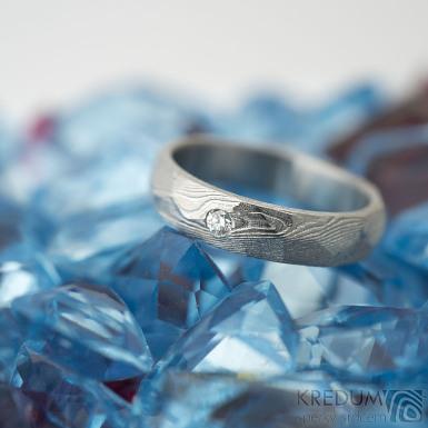 Rocksteel a čirý diamant 2 mm - dřevo, lept světlý - Kovaný snubní prsten damasteel