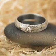 Rocksteel a čirý diamant 2 mm, dřevo - vel 49, š 4 mm, tl střední, 75% SV - Damasteel snubní prsteny - k 1485