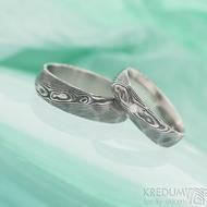 Rocksteel a diamant 1,7 mm - 54, š 5 mm  a Rocksteel - 61, š 6 mm, oba struktura dřevo lept 100% TM - Snubní prsteny