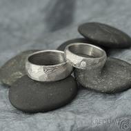 Rocksteel a diamant 2,3 mm - 55, šířka 6 mm a Rocksteel - 64,5, šířka 8 mm, oba dřevo 75% SV- Damasteel snubní prsteny