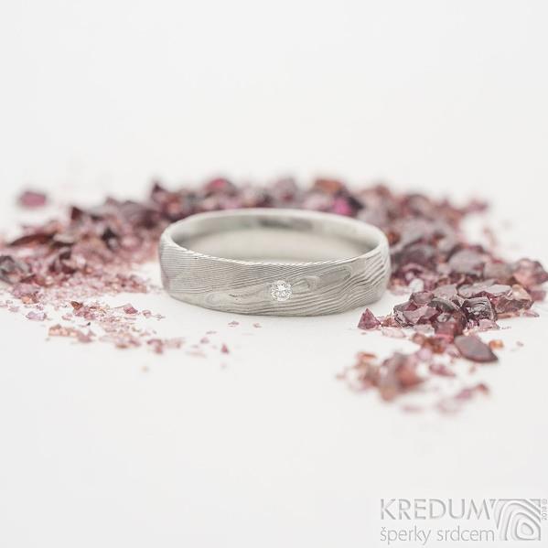 Rocksteel a diamant 2 mm - Kovaný snubní / zásnubní prsten damasteel - dřevo, světlý- velikost 52, šířka 4,5 mm - produkt SK2282