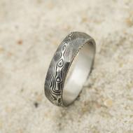 Rocksteel - struktura dřevo - Snubní prsten damasteel, velikost 64,5; šířka 6 mm, lept 100%, zatmavený - produkt SK3125