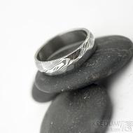 Rocksteel tmavý - velikost 57, šířka 5,3 mm, tloušťka 1,6 mm, dřevo - lept 75% zatmavený - Damasteel snubní prsteny - sk1867 (4)