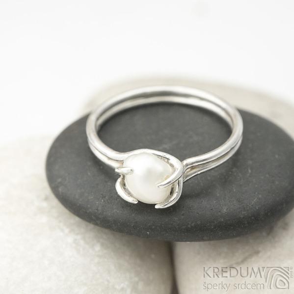 Roots - velikost 55 - Stříbrný prsten a říční perla - k 1558 (6)