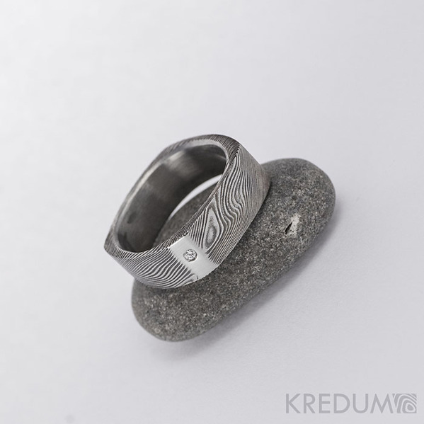 Round Square a diamant 1,5 mm - 53,5 5,4 mm 75% TM leštěné boky - Damasteel snubní prsten, S1024 (2)