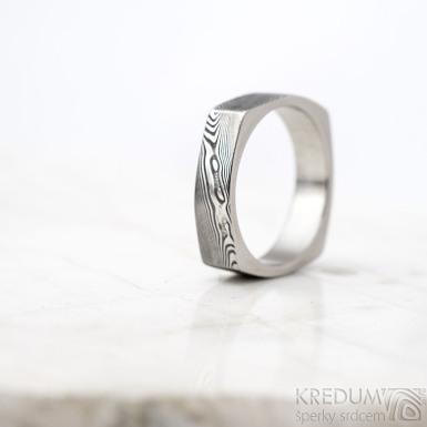 Round square s leštěnými boky - dřevo - Kovaný prsten damasteel, SK1621
