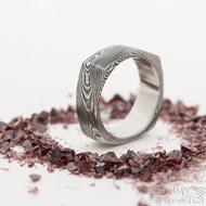 Round Square - šířka 7 mm, struktura dřevo, lept extra zatmavený - Originální snubní prsten