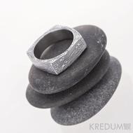 Round square, voda - Kovaný prsten damasteel - 50, šířka 5,6 mm, tloušťka 1,5 mm v rozích až 3,4 mm, lept 100% TM - S1160 (3)