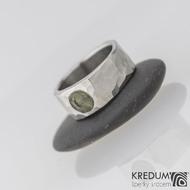 Kovaný nerezový snubní prsten - Draill světlý a vltavín, velikost 51