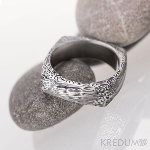 Round square, struktura voda - kovaný prsten damasteel - velikost 50, šířka cca 6 mm, minimální tloušťka stěny cca 1,3 mm