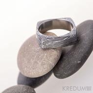 Round square, struktura voda - kovaný prsten damasteel