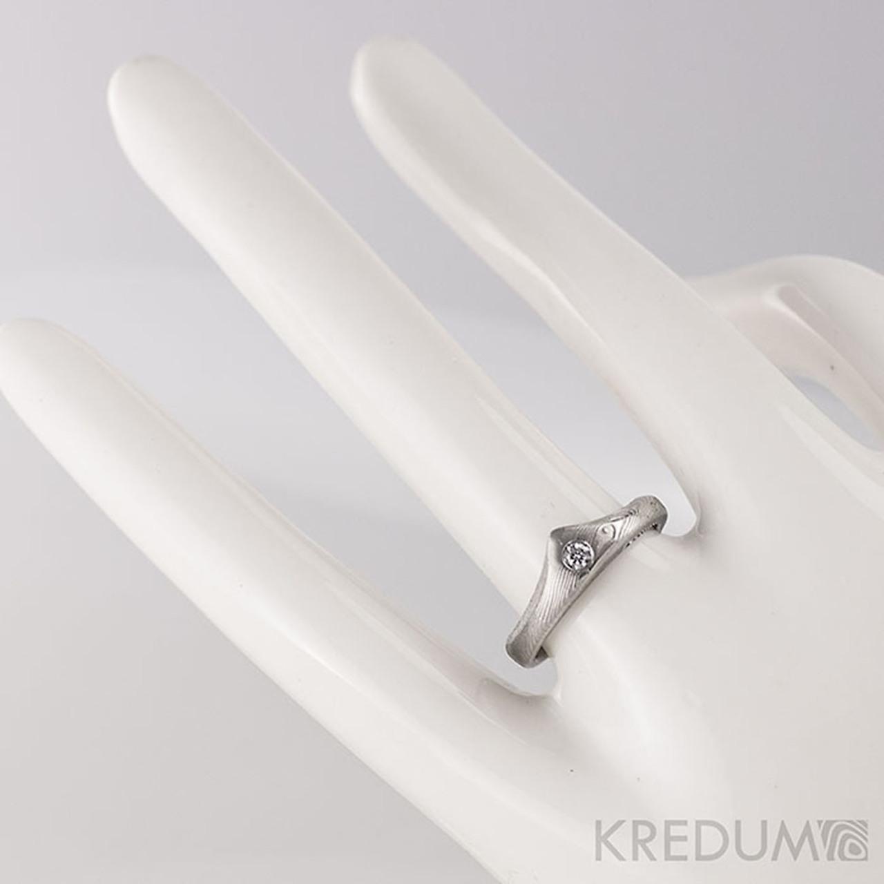 Kralovna A Ciry Diamant 2 3 Mm Zasnubni Prsten Damasteel Struktura