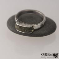 Kovaný nerezový snubní prsten - Kousek s vltavínem, velikost 56,5