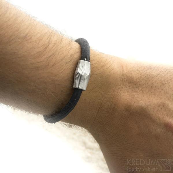 Samuel - kožený náramek černý + Damasteel korálek, struktura dřevo, světlý - produkt SK3088 - na ruce