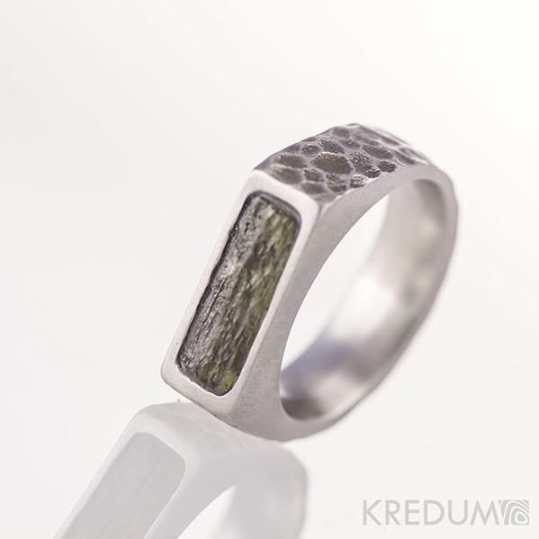 SEAL a přírodní vltavín - Kovaný nerezový prsten