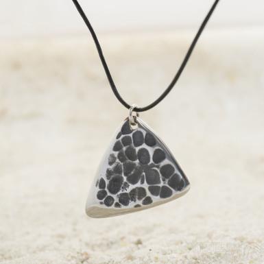 Trsátko ocel nerez kov - Shark s očkem - přední strana tepaná, zatmavená - přirozená poloha zavěšení