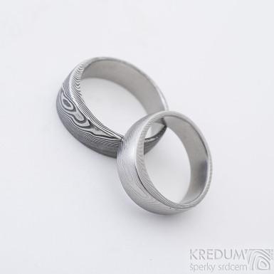 Siona - Damasteel snubní prsteny, struktura dřevo - světlý: velikost 53, šířka 5,5 mm, lept 50% a zatmavený: velikost 60, šířka 6,5 mm, lept extra
