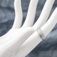 Siona a diamant 2,3 mm do žlutého Au - 46, šířka 5, tloušťka 1,6 - 2,2 , TW - 50%SV - Damasteel snubní prsteny - sk1656