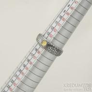 Siona a přírodní jantar, kolečka - 55, šířka 6 mm do dlaně 4 mm, lept 100% TM - Kovaný snubní prsten damasteel, SK2288 (5)