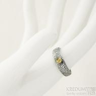 Siona a přírodní jantar, kolečka - 55, šířka 6 mm do dlaně 4 mm, lept 100% TM - Kovaný snubní prsten damasteel, SK2288
