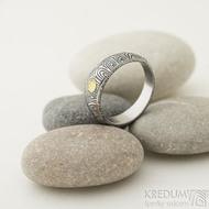 Siona a přírodní jantar, kolečka - 55, šířka 6 mm do dlaně 4 mm, lept 100% TM - Kovaný snubní prsten damasteel, SK2288 (3)