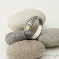 Siona a přírodní jantar, kolečka - 55, šířka 6 mm do dlaně 4 mm, lept 100% TM - Kovaný snubní prsten damasteel, SK2288 (4)